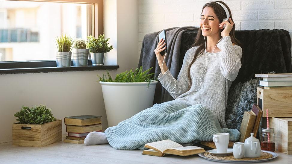 Frau entspannt beim Musikhören