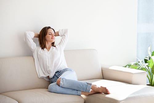 Frau entspannt richtig auf Sofa