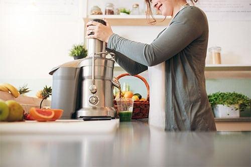 Frau in Küche mit Küchenmaschine