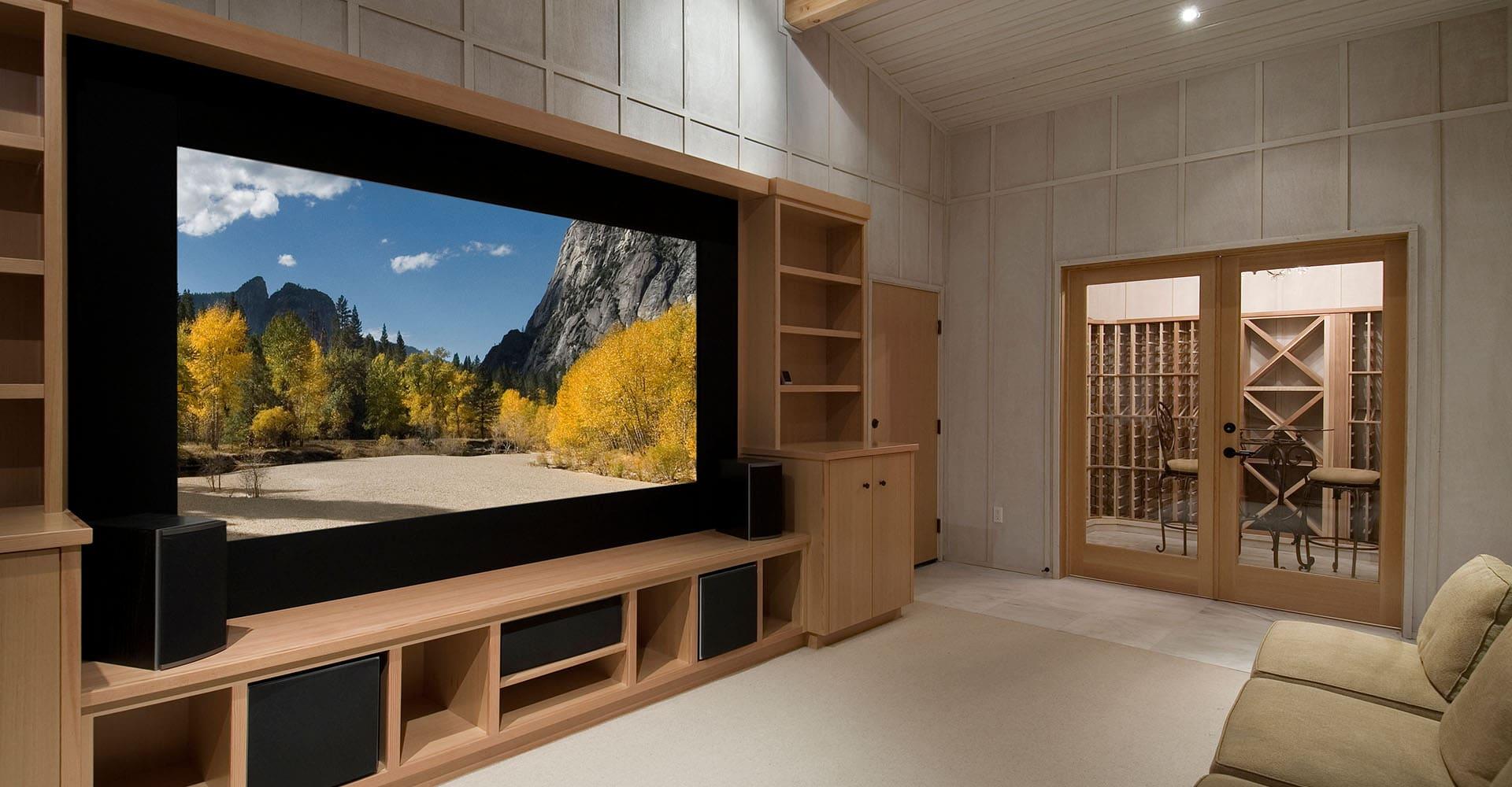 Heimkinosystem im Wohnzimmer mit großem Fernseher