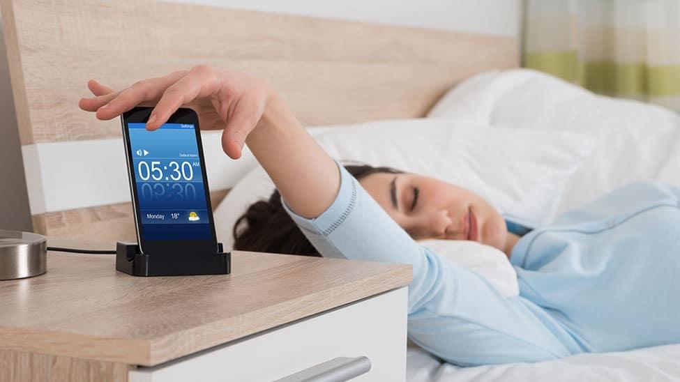 Wecker App weckt Frau morgens