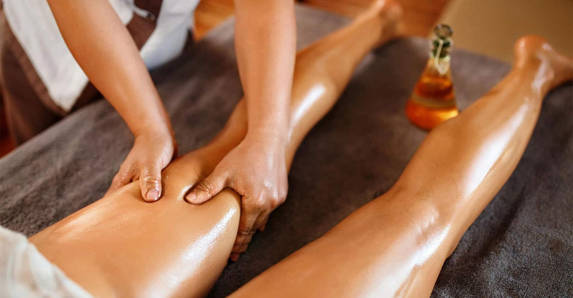 Frau bekommt Ayurveda Massage Abhyanga mit Öl