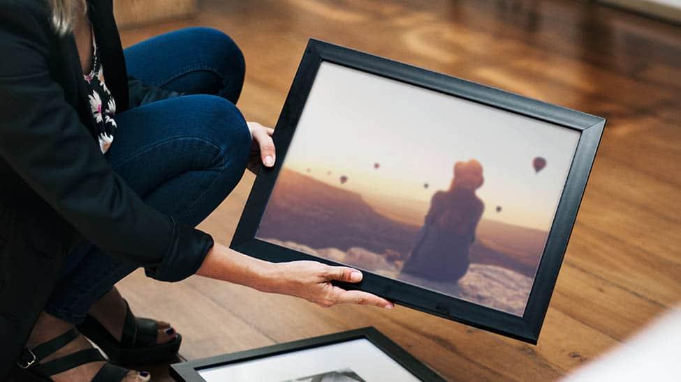Digitaler Bilderrahmen auf Boden