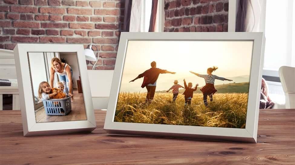 Digitaler Bilderrahmen auf Küchentisch
