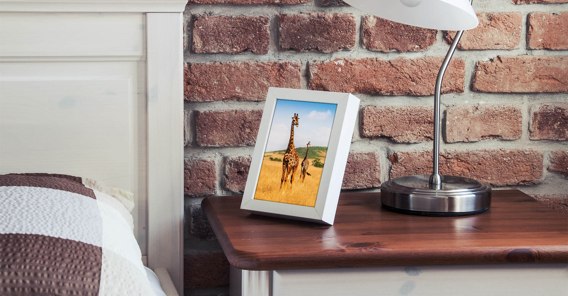 Digitaler Bilderrahmen auf Nachttisch