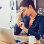Tipps gegen Kopfschmerzen - Frau fasst sich an Stirn