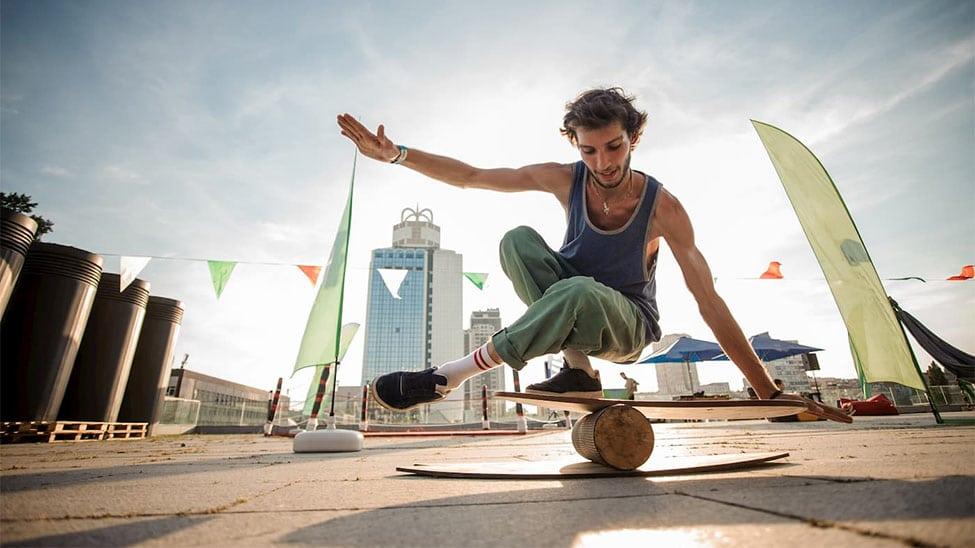 Junger Mann auf Balanceboard