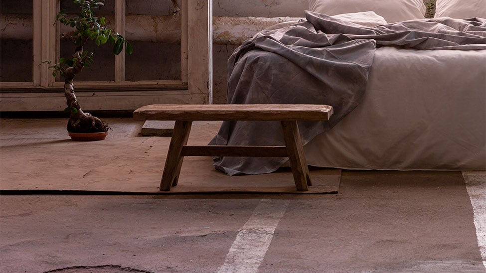 Meditationsbank vor Bett