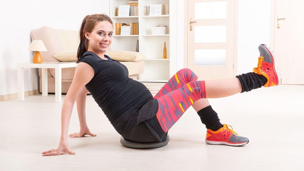 Schwangere auf Balancekissen
