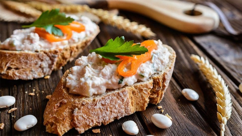 Selbstgebackenes Brot mit Aufstrich