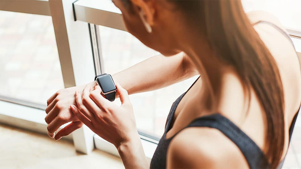 Frau mit Herzfrequenzmesser in Smart Watch
