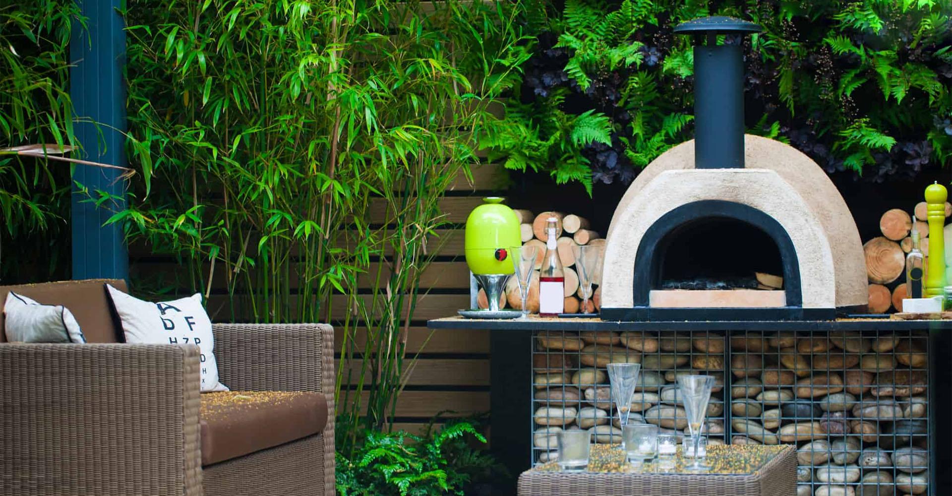 Holzbackofen zuhause im Garten
