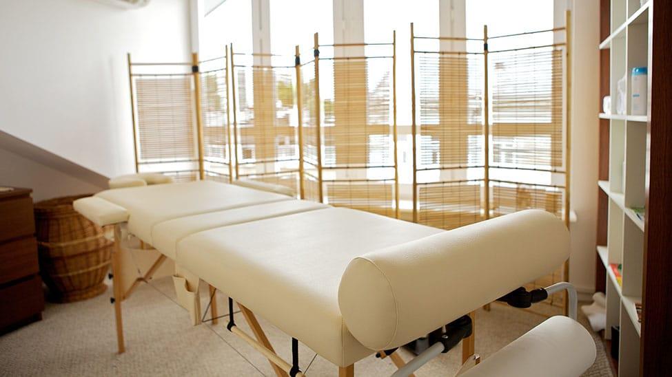 Massageliege zuhause in speziellem Massageraum