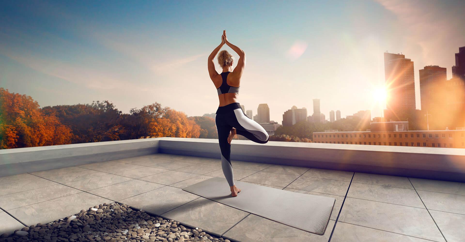 Frau macht Yoga mit Yogahose