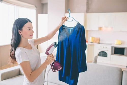 Frau mit Hemdenbügler