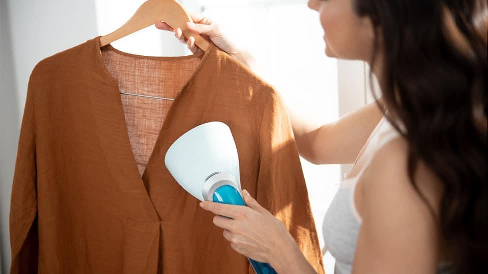 Frau mit Hemdenbügler an Hemd