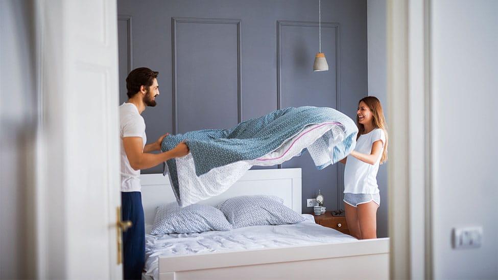 Paar mit Gewichtsdecke in Schlafzimmer