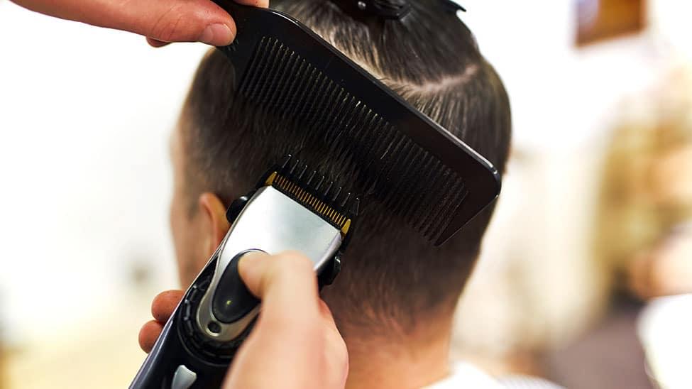 Haarschneider im Einsatz mit Kamm