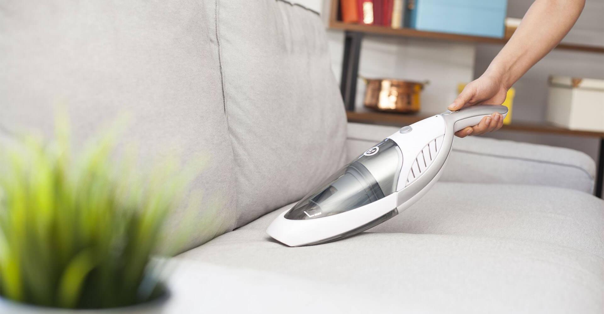 Handstaubsauger auf Wohnzimmer-Couch