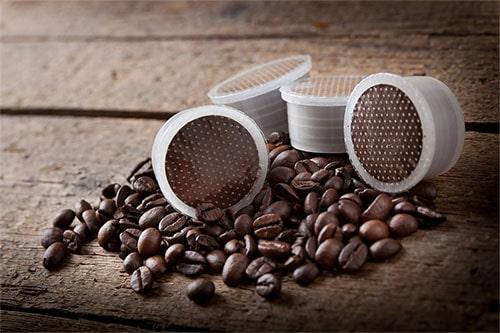Kaffeekapseln und Kaffeebohnen