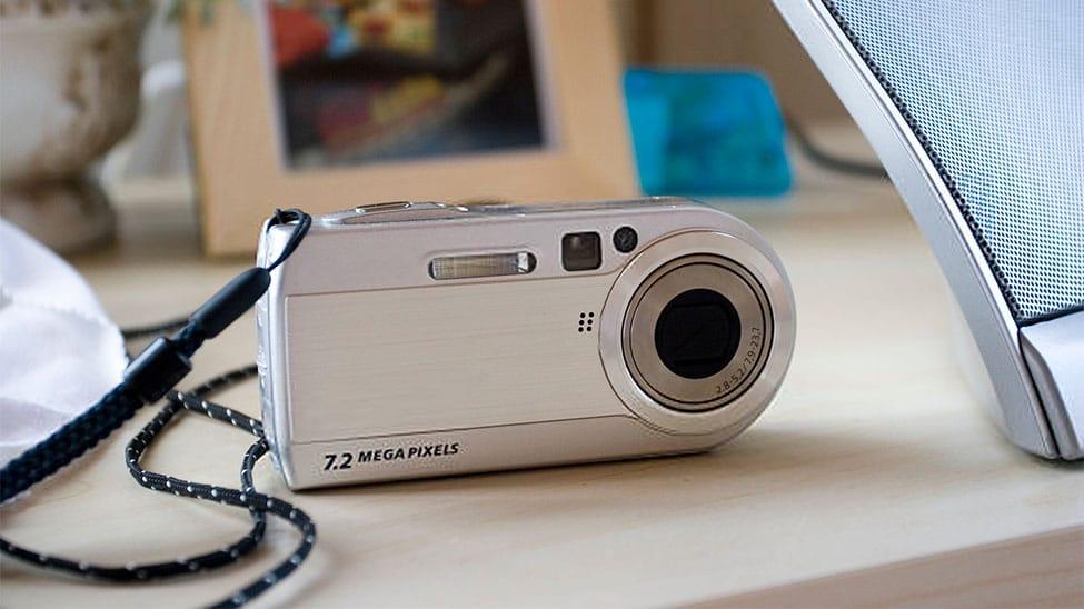 Kompaktkamera auf Tisch
