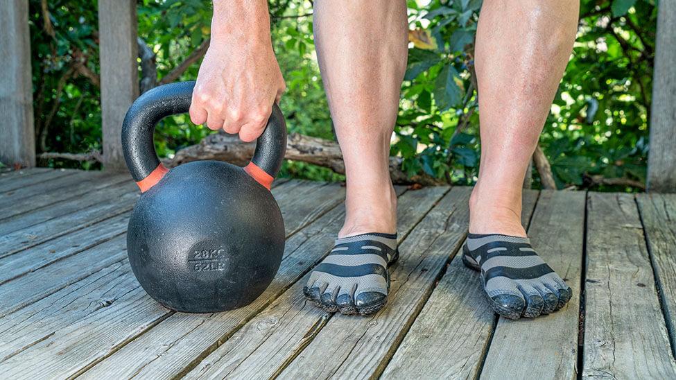 Mann mit Barfußschuhen trainiert