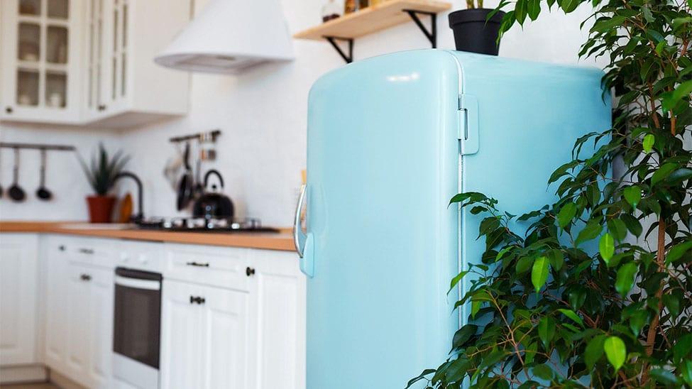 Retro-Kühlschrank in hellblau