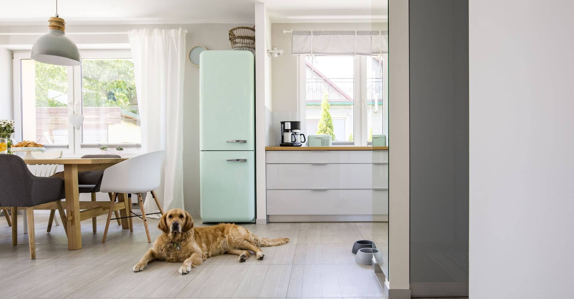 Retro-Kühlschrank in himmelblau