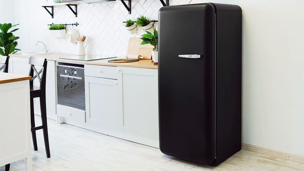 Retro-Kühlschrank in schwarz