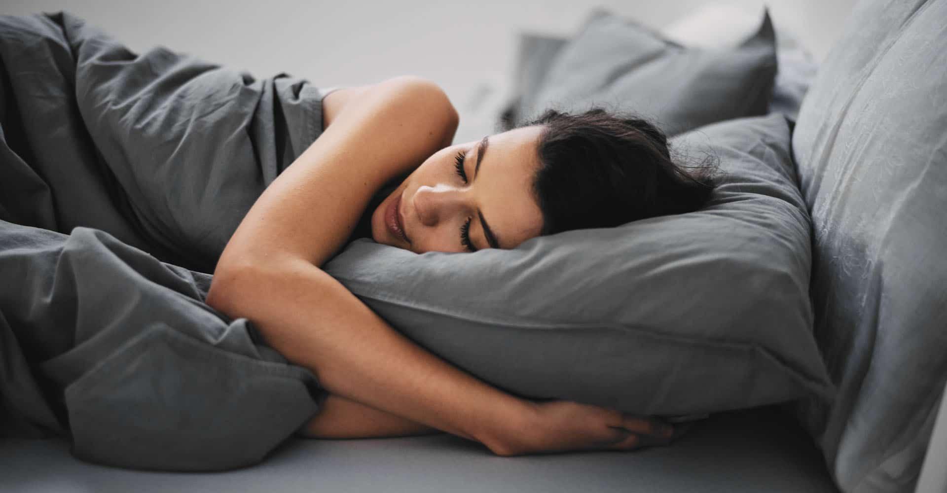 Frau schläft auf Kopfkissen