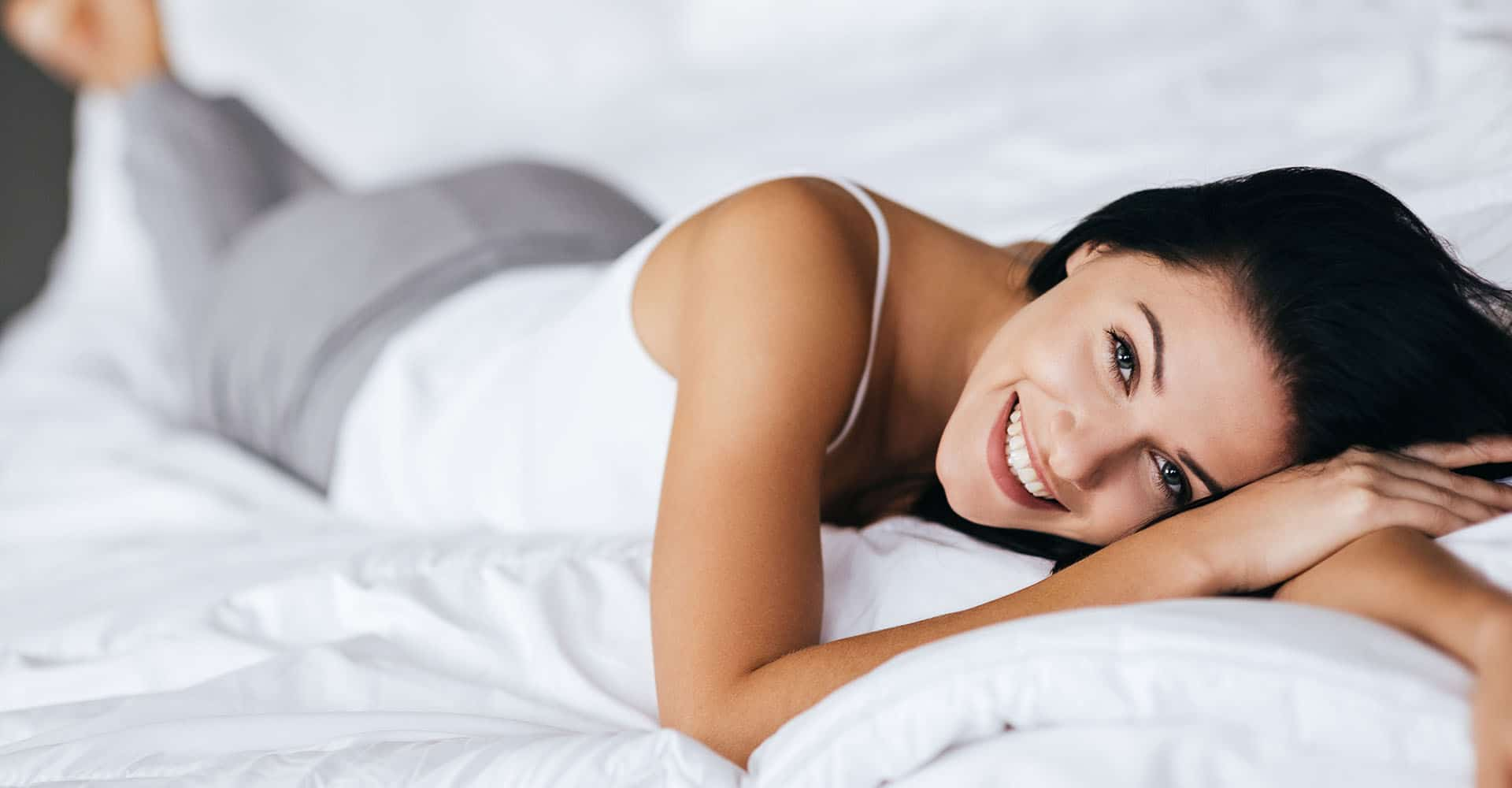 Bauchschläferin liegt auf Matratze