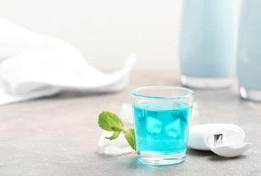 Blaue Mundspülung mit Minze