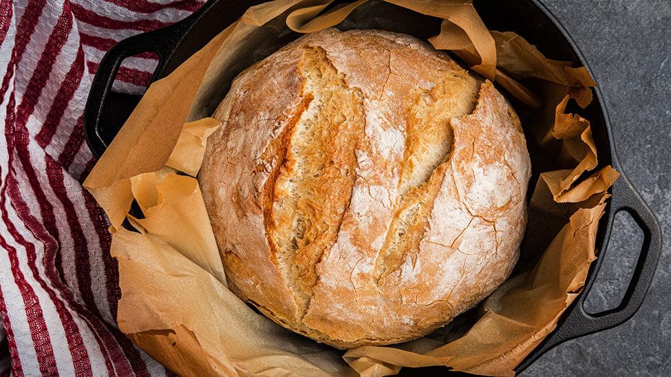 Brot in kreisförmigem Brottopf