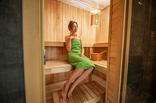 Frau in Sauna - Richtig Saunieren - Youtube Video