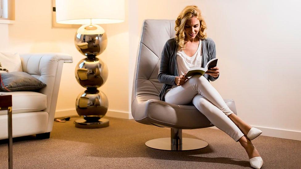 Frau liest mit großer Leselampe