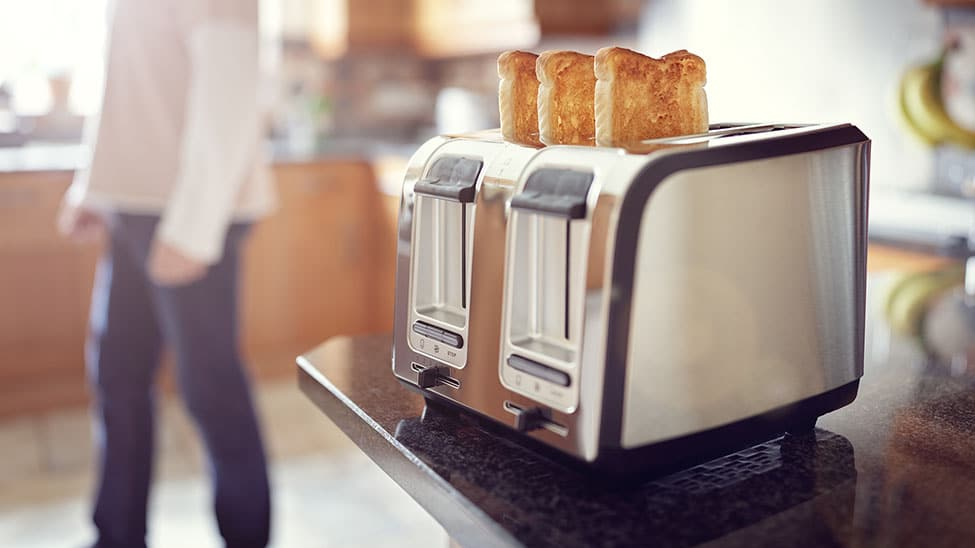 Frau testet Toaster