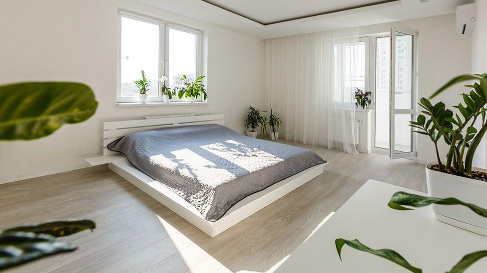 Futonbett in hellem Schlafzimmer