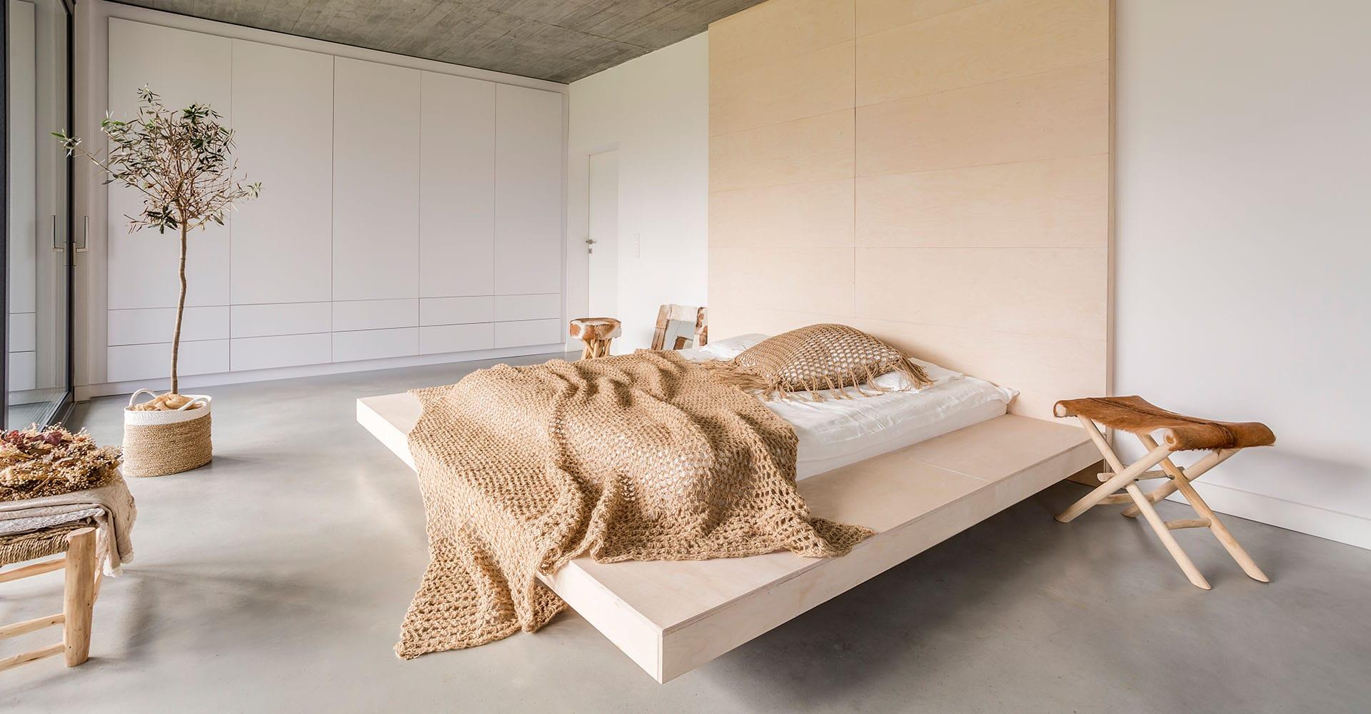 Futonbett in minimalistischem Schlafzimmer