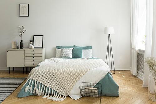 Luftbett im Schlafzimmer mit Decke