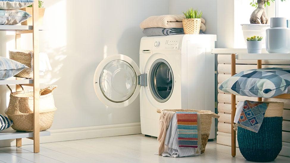 Offene Waschmaschine mit Trockner