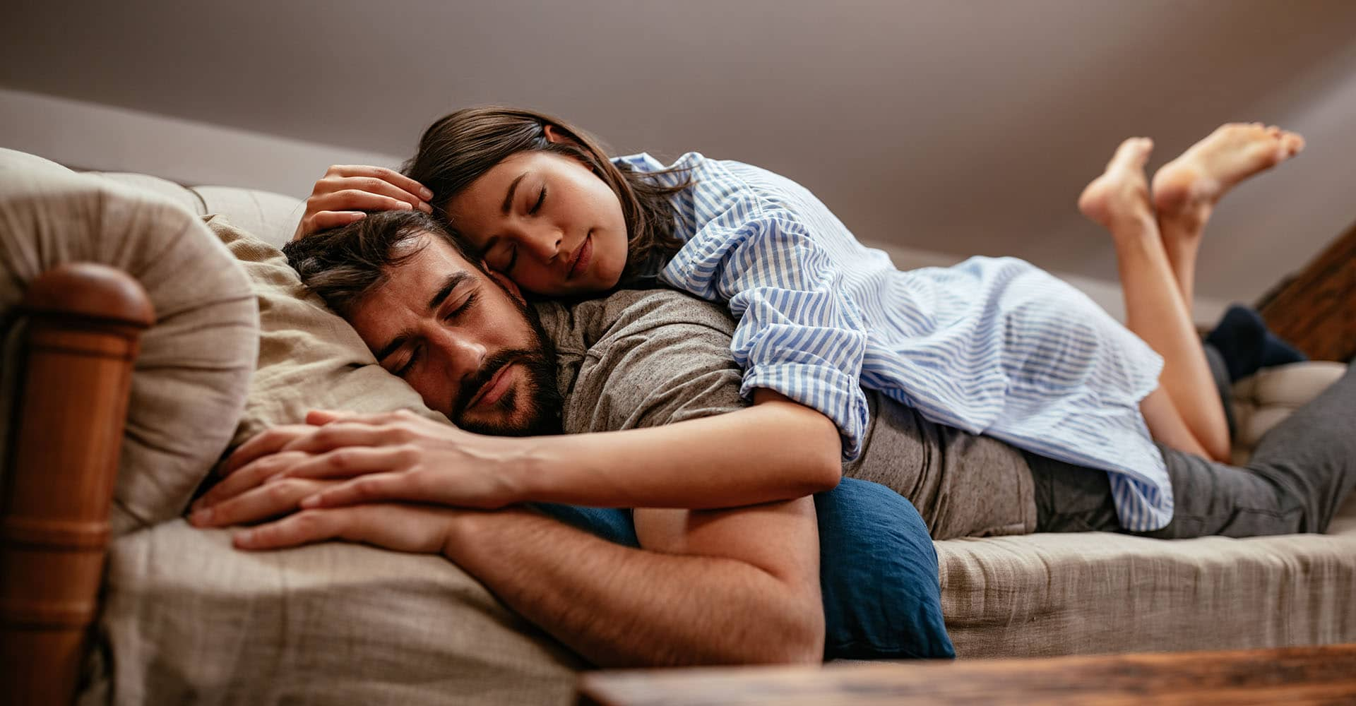 Paar liegt auf Schlafsofa