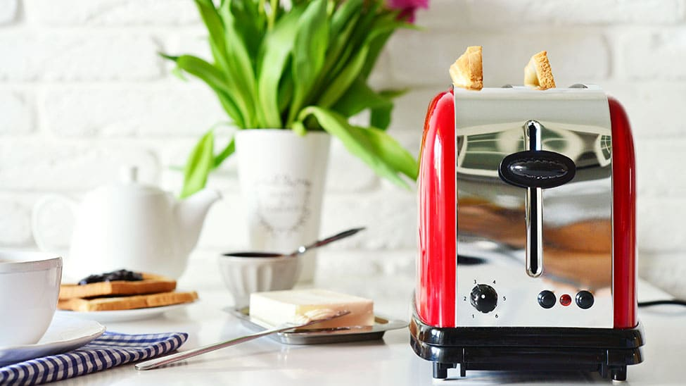 Rot silberner Toaster in Küche