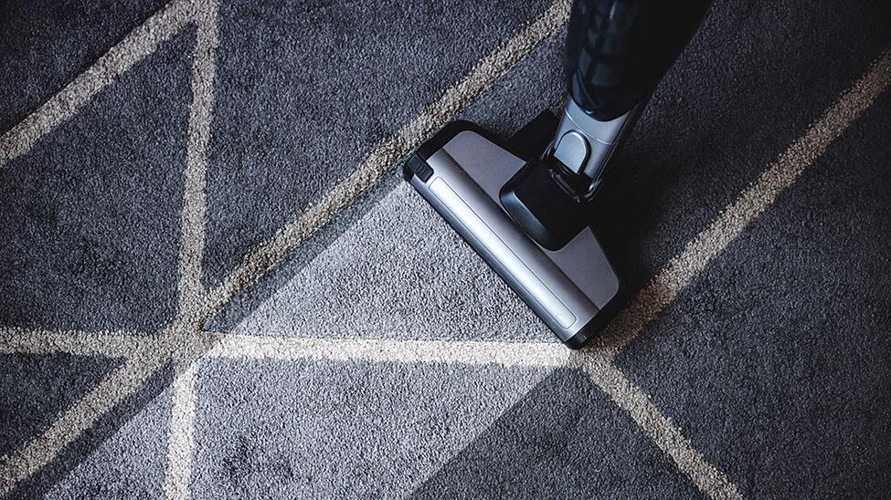 Teppichreiniger auf dunklem Teppich