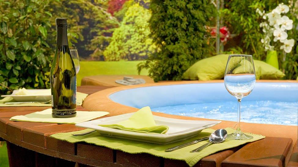 Aufblasbarer Outdoor Whirlpool mit Champagner auf Umrandung