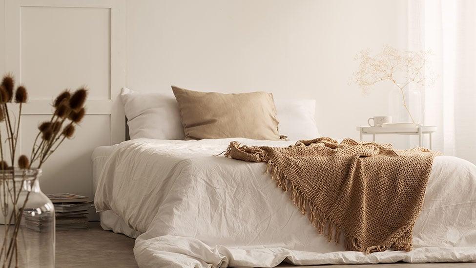 Braune Wolldecke auf Bett im Schlafzimmer