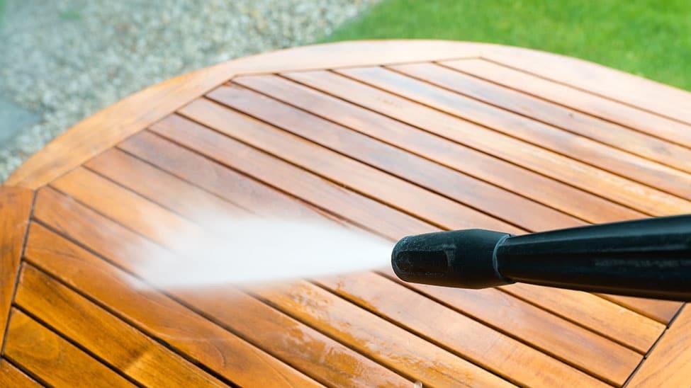 Dampfreiniger auf Gartentisch