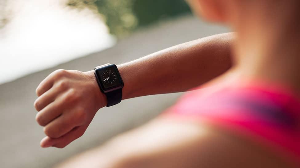 Frau schaut auf Smartwatch