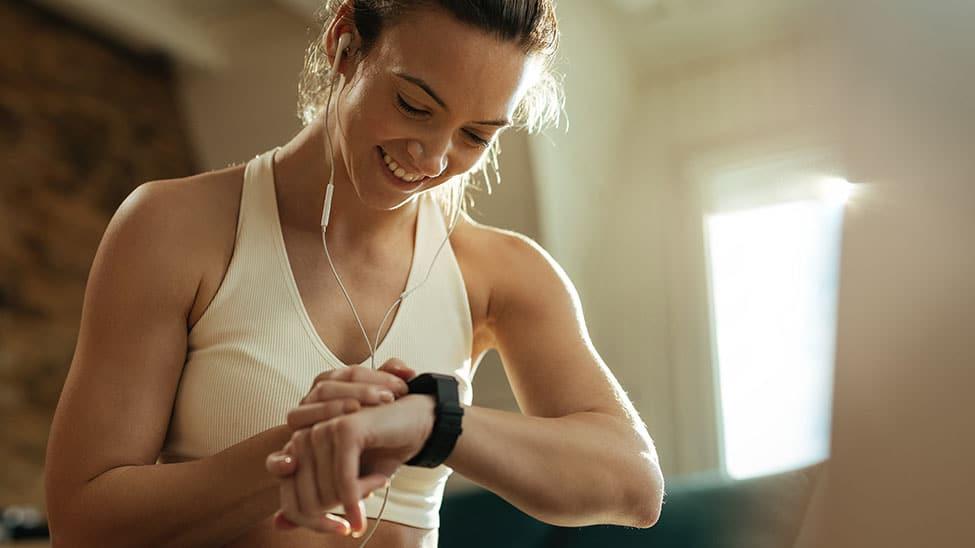 Frau schaut auf Smartwatch nach Puls und Blutdruck