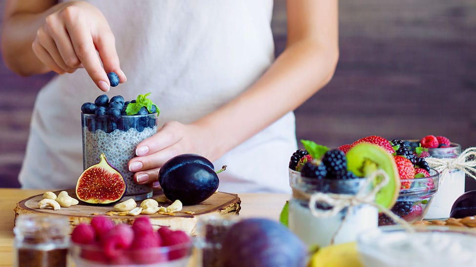 Frau stellt Essen mit vielen Mikronährstoffen zusammen