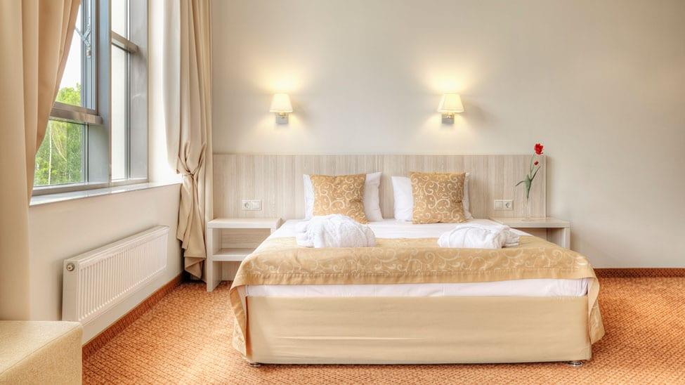 Gästebett in hellem Gästezimmer